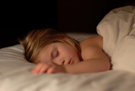 Почему врачи категорически запрещают спать при свете?