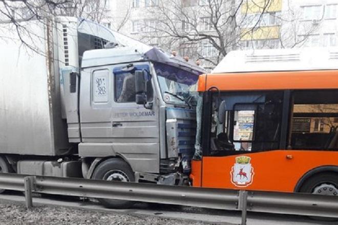 Шофёр скончался зарулем муниципального автобуса, врезавшись в фургон вНижнем Новгороде
