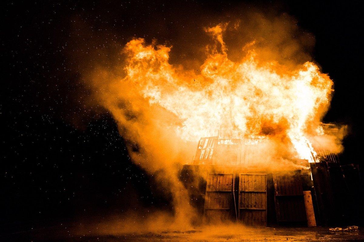 Дом горел в Володарском районе из-за удара молнии - фото 1