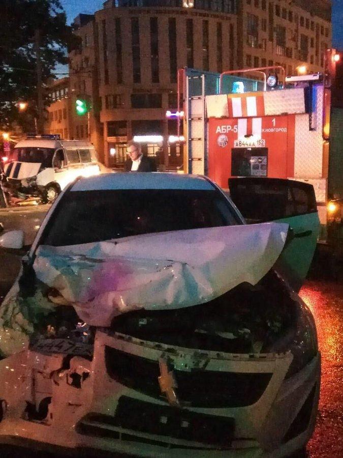 Chevrolet и полицейская «Газель» столкнулись на Белинке: пострадали три человека - фото 2