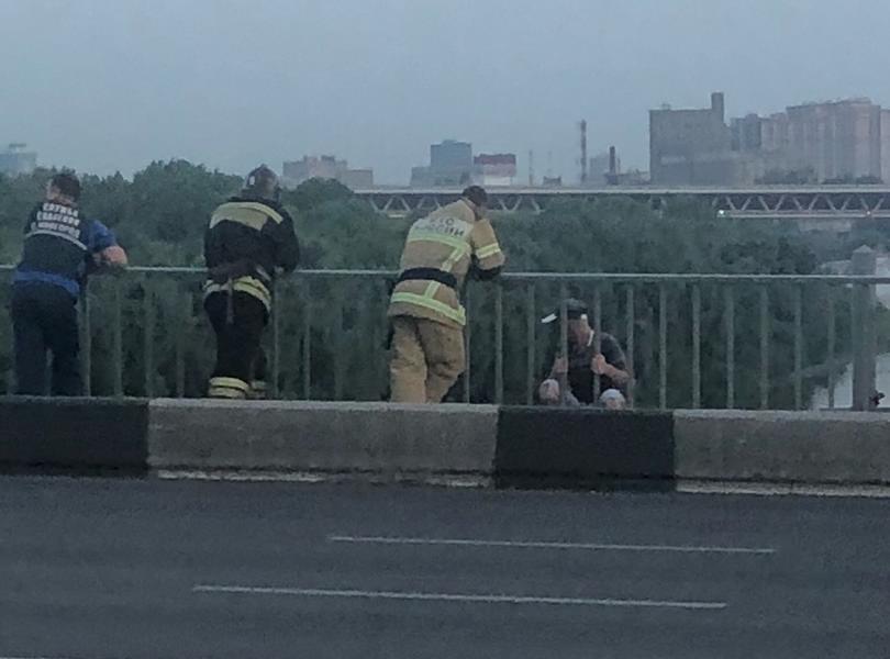 Нижегородские спасатели отговорили молодого человека прыгать с моста - фото 1