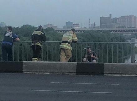 Нижегородские спасатели отговорили молодого человека прыгать с моста