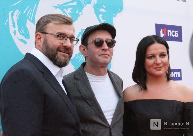 Маски на красной дорожке: звезды кино приехали на «Горький fest» в Нижний Новгород - фото 91