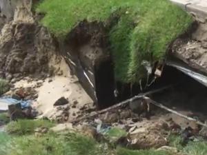 Грунт размыло под новым домом на улице Сергиевской
