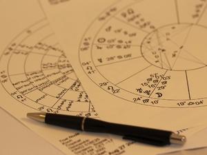 Почему сбываются гороскопы и предсказания экстрасенсов