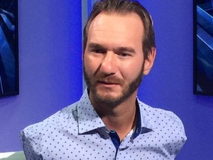 Австралийский мотивационный оратор Ник Вуйчич выступил перед боснийцами в рубашке от нижегородского дизайнера