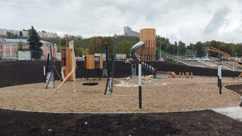 Речной маяк и облако пеньков появились на детской площадке на Нижне-Волжской набережной - фото 2