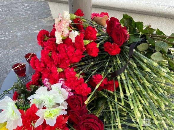 Нижегородцы несут цветы к мемориалу по погибшим в стрельбе в Казани - фото 3