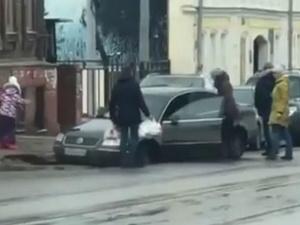 На улице Ильинской произошел провал на проезжей части (ВИДЕО)