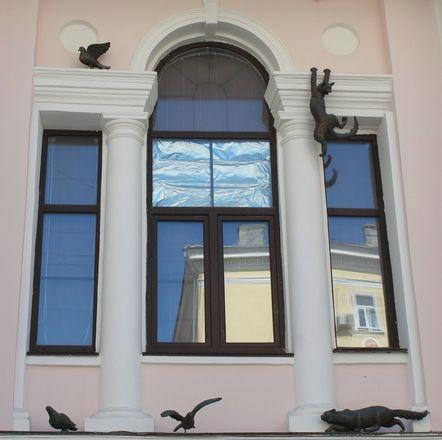 Кошка с книгой и лебединая верность: каких животных и за что увековечили в Нижнем Новгороде - фото 14