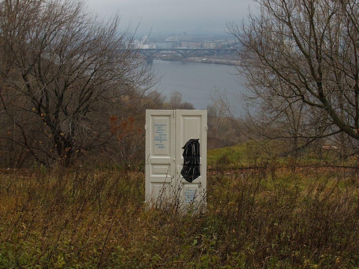 Белая закрытая дверь появилась на откосе у метромоста в Нижнем Новгороде - фото 1