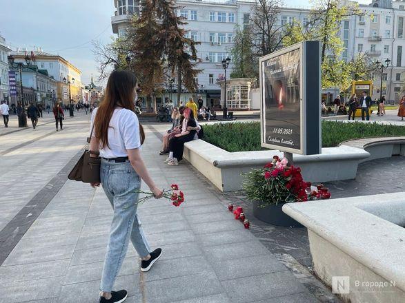 Нижегородцы несут цветы к мемориалу по погибшим в стрельбе в Казани - фото 2