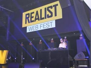 Нижегородская шаурма и разбитая тарелка: какие традиции ввели на Realist Web Fest