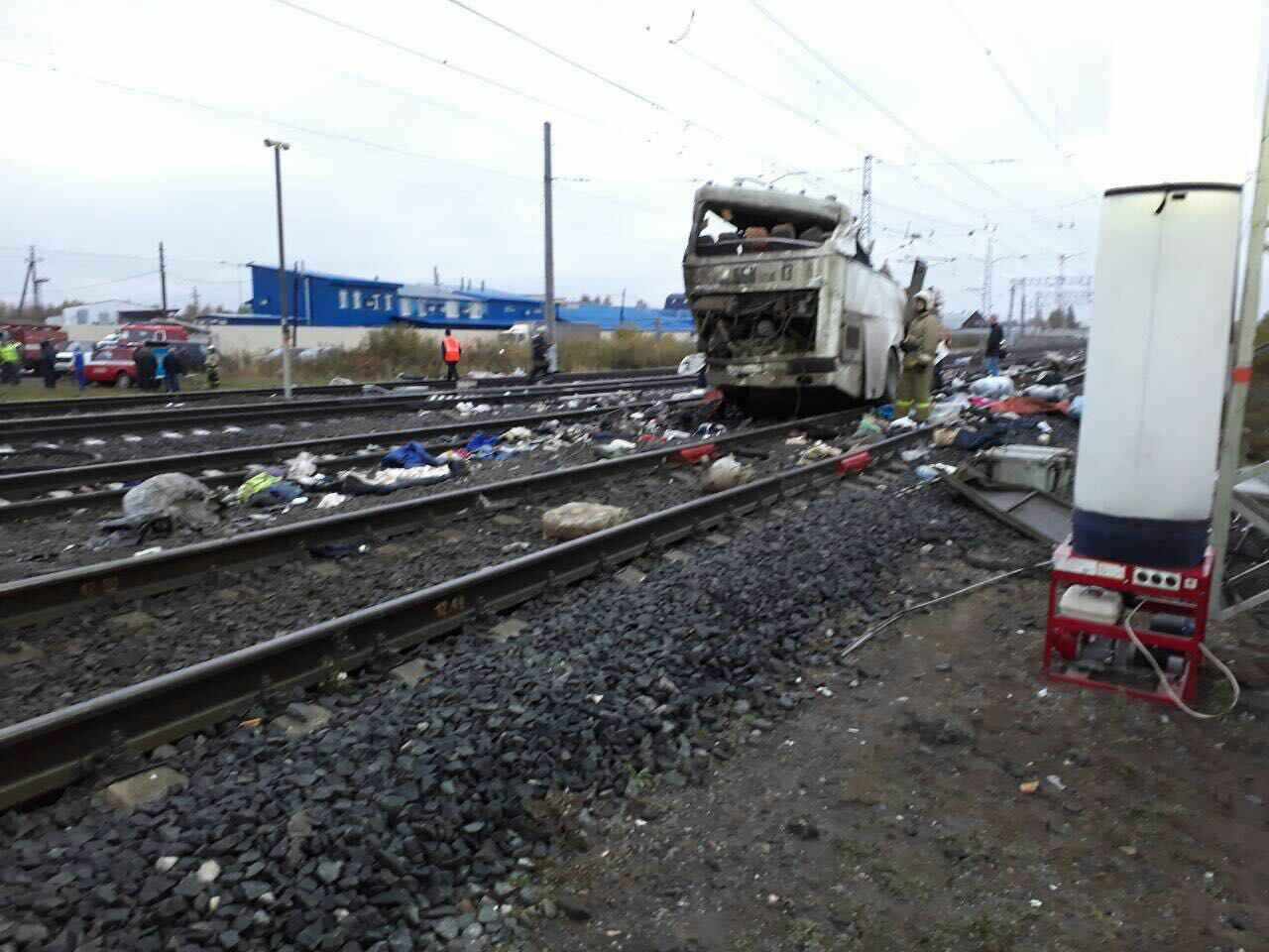 Под Владимиром поезд врезался впассажирский автобус: кошмарные  кадры сместа происшествия