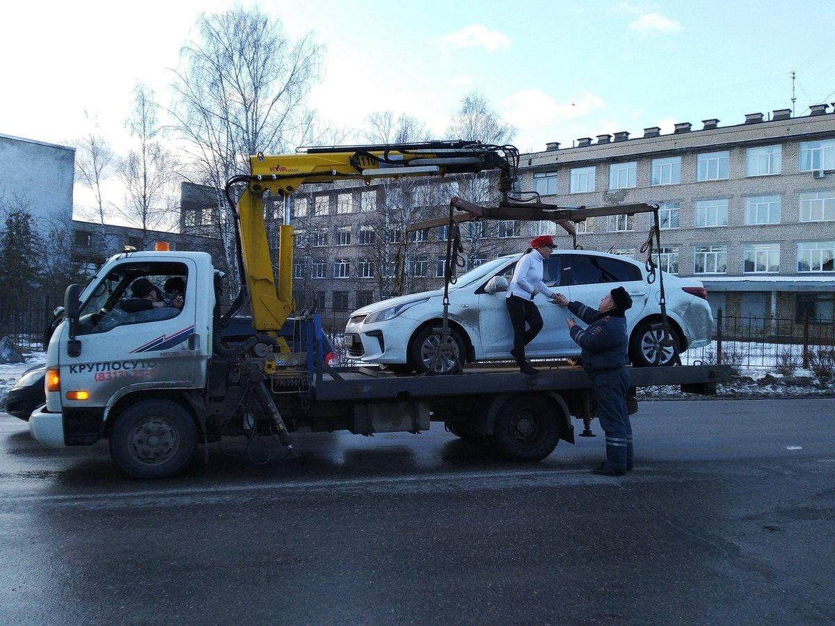 Женщина-водитель залезла на эвакуатор, увозящий ее машину в Дзержинске - фото 1