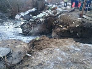 Коллектор в Ленинском районе прорвало из-за трещины на обводном трубопроводе