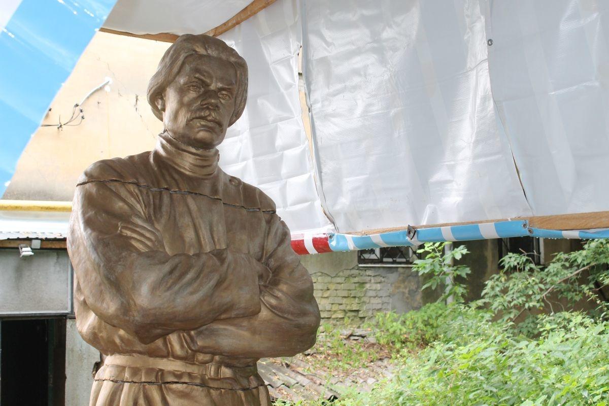 Памятник Горькому распилили на части в Нижнем Новгороде - фото 1