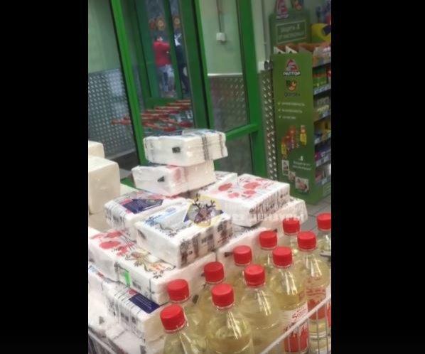 Руководство нижегородского магазина разберется, зачем кассир надел пакет на голову покупателя - фото 1