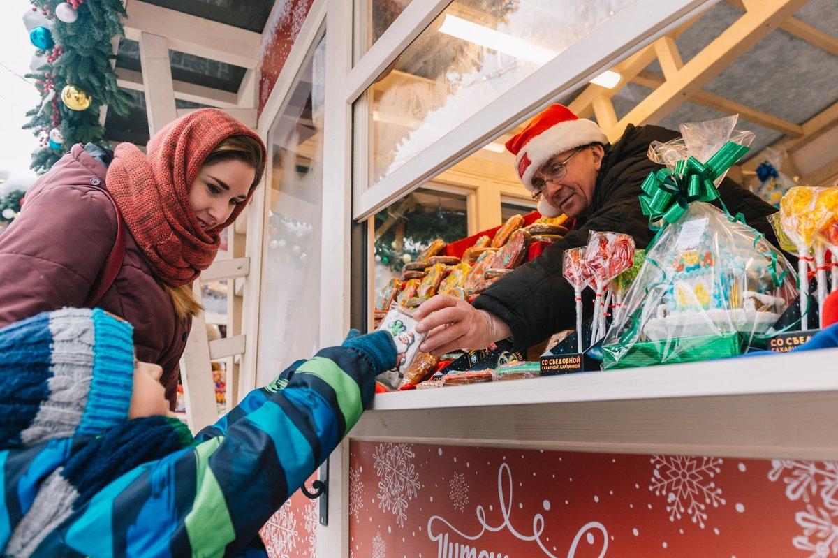 Как выбрать качественный сладкий подарок на Новый год: инструкция от Роспотребнадзора - фото 1