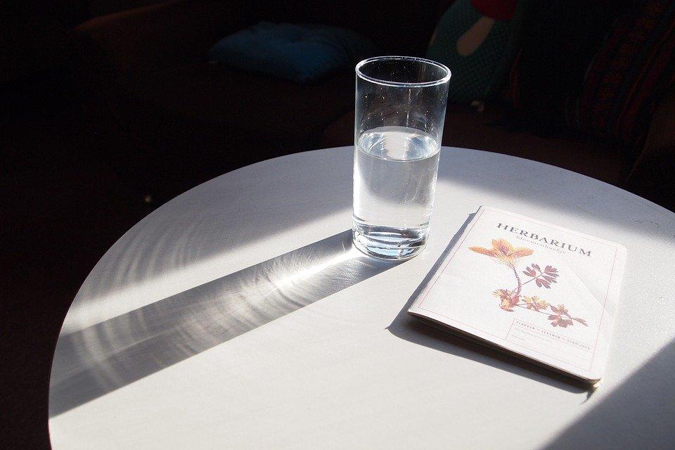 Пять ситуаций, когда вам точно стоит выпить стакан воды - фото 1